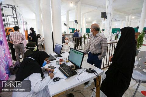واکسیناسیون افراد بالای ۷۰ سال درزینبیه اصفهان