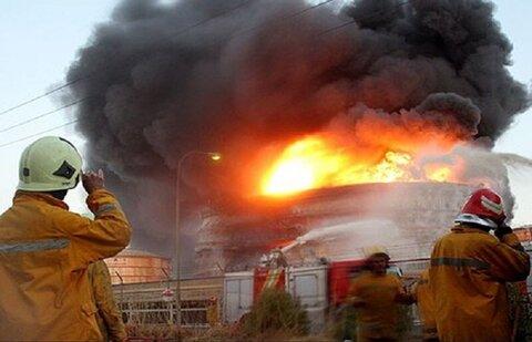 آتش گسترده در انبار سیلندر گازمایع در قم/ احتمال حبس یک نفر