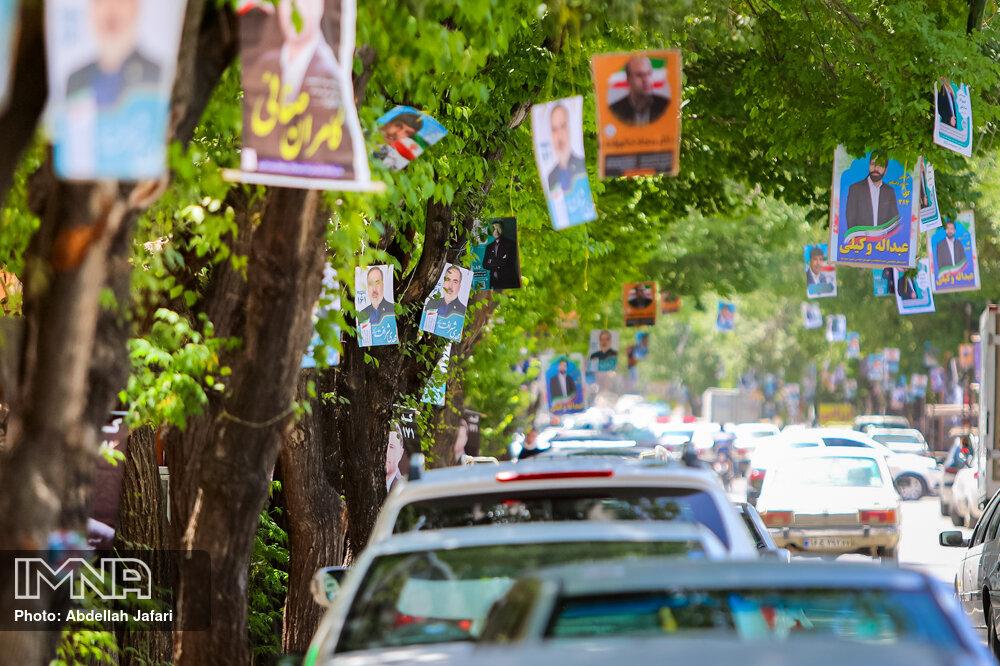 پاکسازی شهر از تبلیغات پس از پایان ساعت رسمی انتخابات