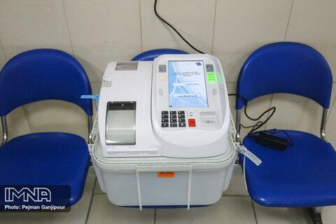 حضور کادر درمان پای صندوق های رای