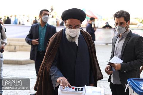 حضور امام جمعه اصفهان در پای صندوق رای