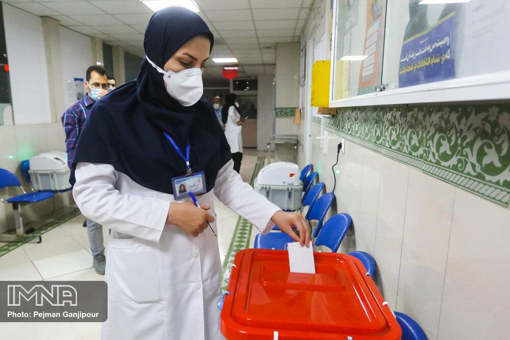 حضور کادر درمان در پای صندوق های رای