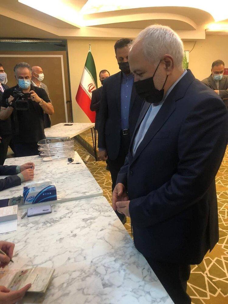 محمدجواد ظریف رای خود را به صندوق انداخت