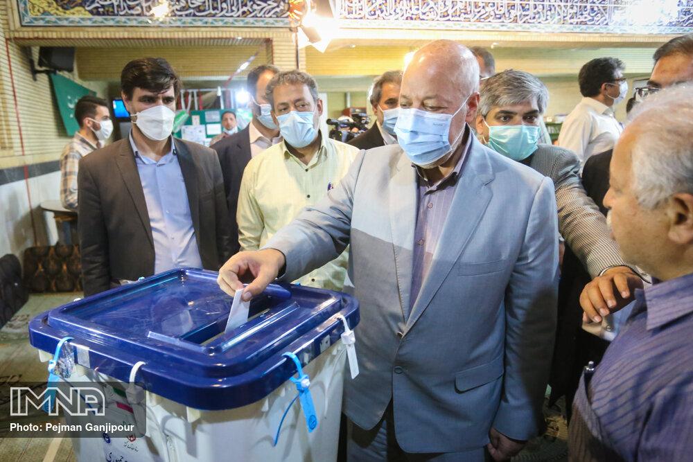 حضور استاندار اصفهان در انتخابات ۱۴۰۰