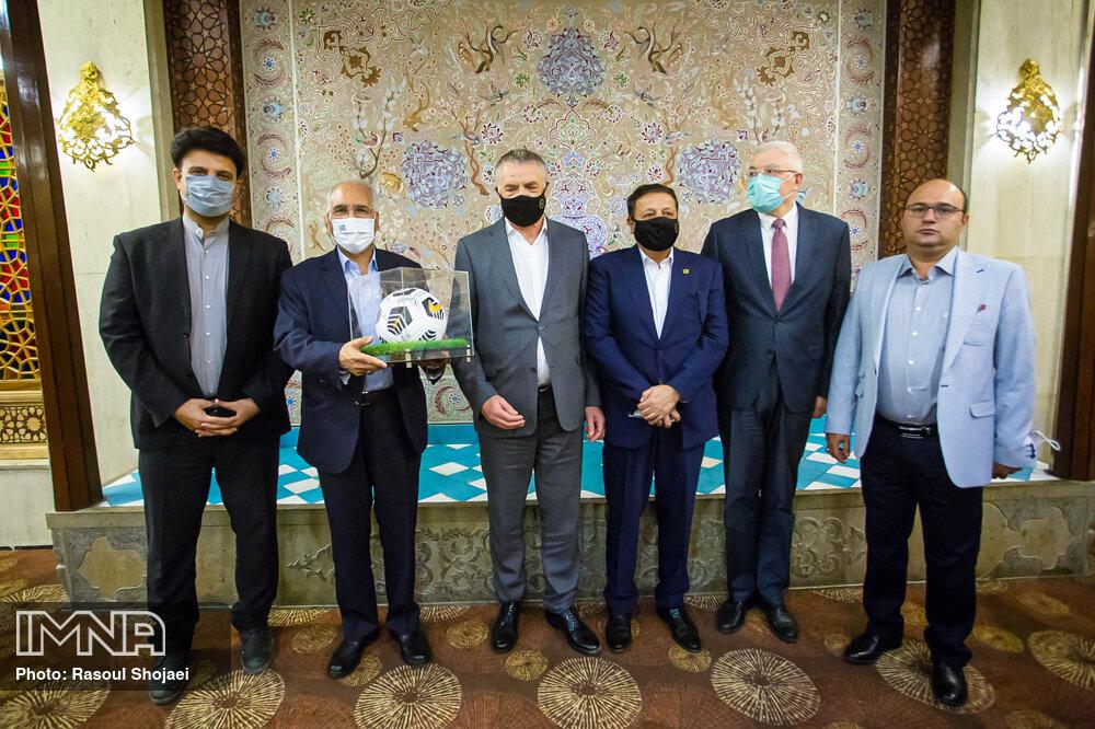 اهدای توپ امضا شده بازیکنان زنیت روسیه به شهردار اصفهان+ عکس