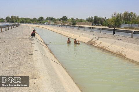 رهاسازی آب در زمین های کشاورزی شرق اصفهان