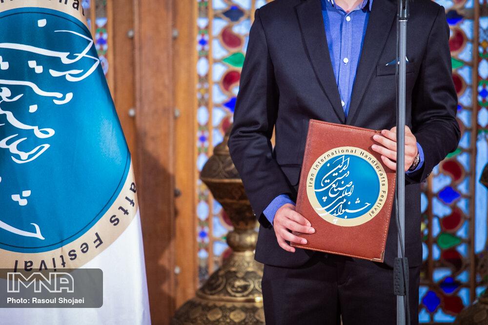 نشان «استاد عالی مقام» در دستان هوشنگ جزیزاده