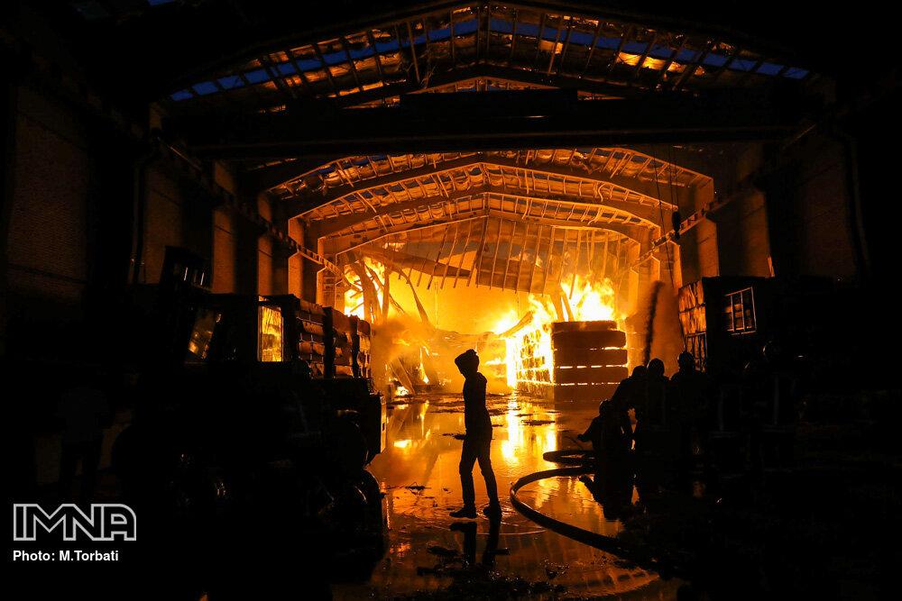 آتش سوزی در محل دپوی لاستیکهای دست دوم در شیراز