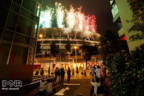 مردم بیرون ورزشگاه از آتش بازی مراسم افتتاحیه پارالمپیک عکس می گیرند