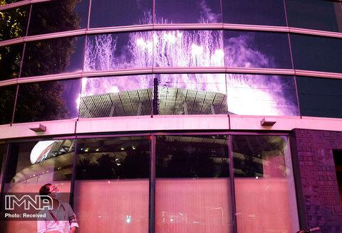 انعکاس نور آتش بازی مراسم پارالمپیک در ساختمان مجاور استادیوم