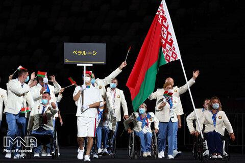 لیودمیلا واوچوک، پرچمدار تیم بلاروس هنگام رژه ورزشکاران در مراسم افتتاحیه پارالمپیک