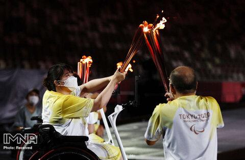 انتقال مشعل به مشعل آتش برای روشن کردن نماد اصلی پارالمپیک