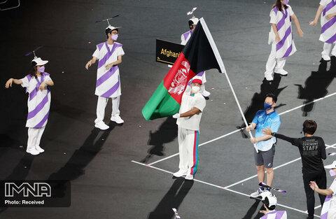 آماده کردن پرچم افغانستان برای اجرای رژه
