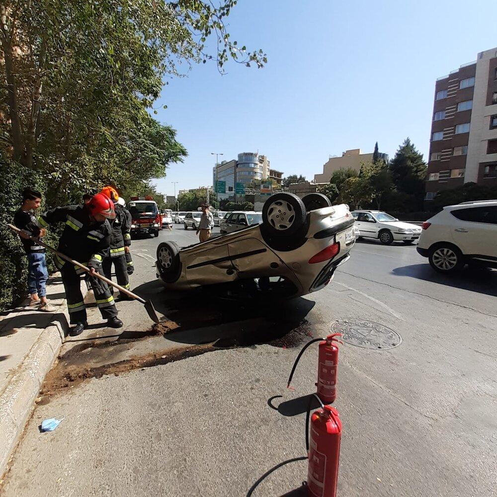 واژگونی پژو و مصدوم شدن راننده در اتوبان شهید صیاد شیرازی+ عکس
