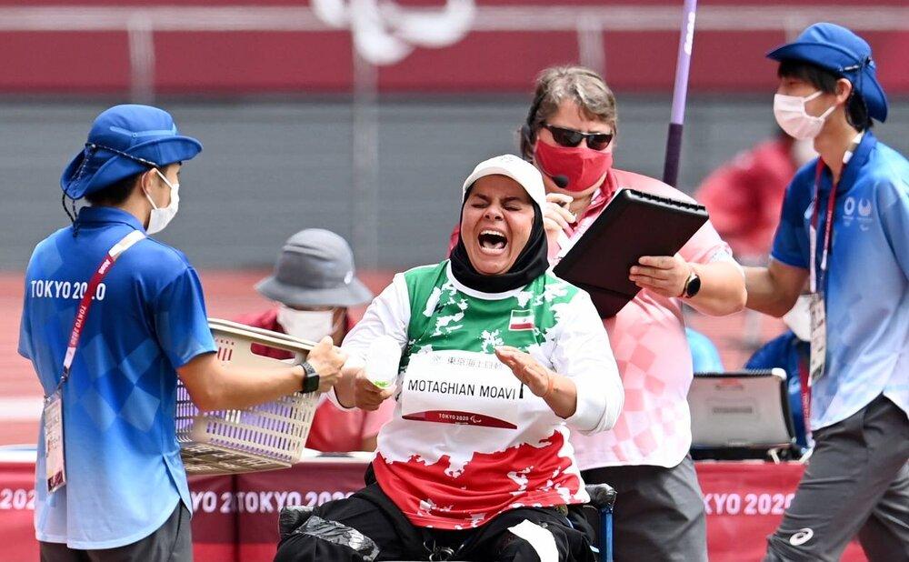 اعطای هدیه از سنگ حرم اباعبدالله به مدالآور کاروان پارالمپیک ایران