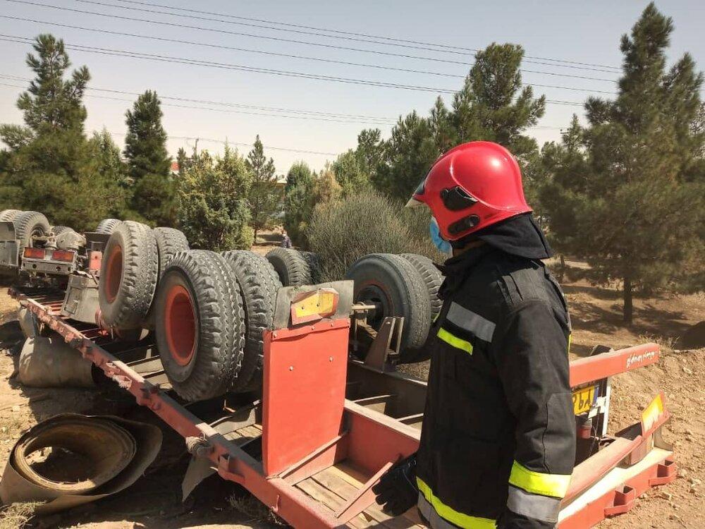 واژگونی هولناک تریلر در جاده اصفهان به شاهینشهر+ عکس