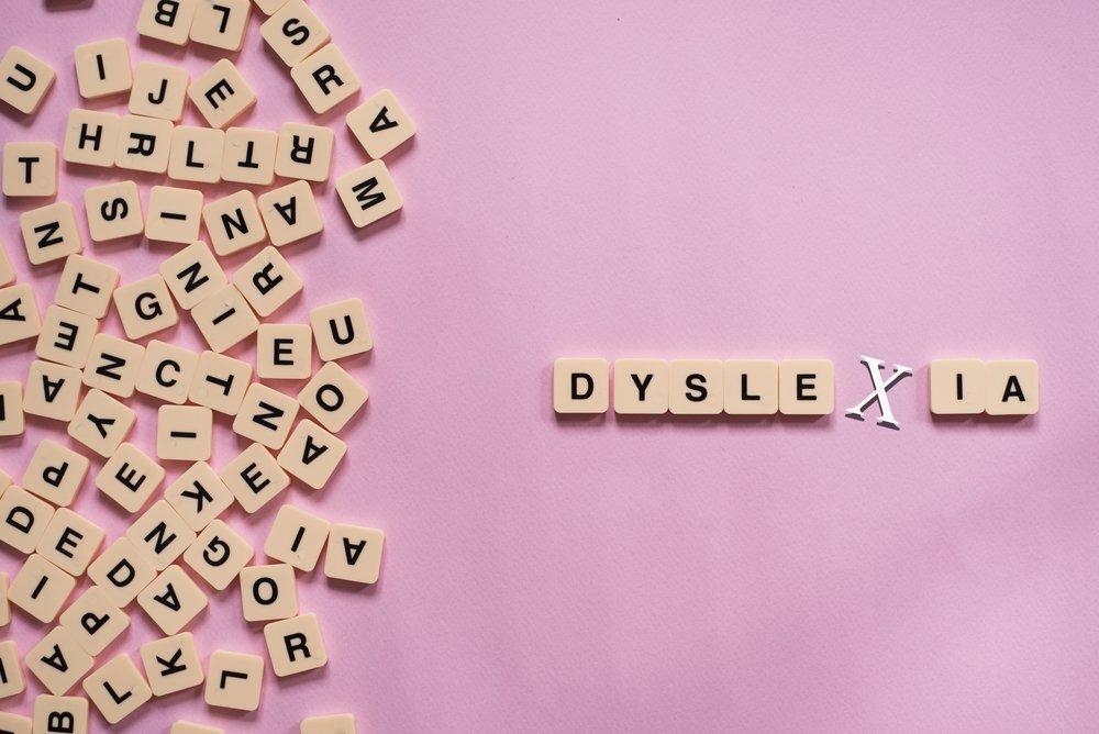 اختلال نارسا خوانی چیست؟ + تشخیص، علائم و درمان اختلال دیسلکسیا