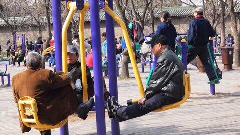 تاریخچه پیدایش زمینهای بازی برای سالمندان + مزایا