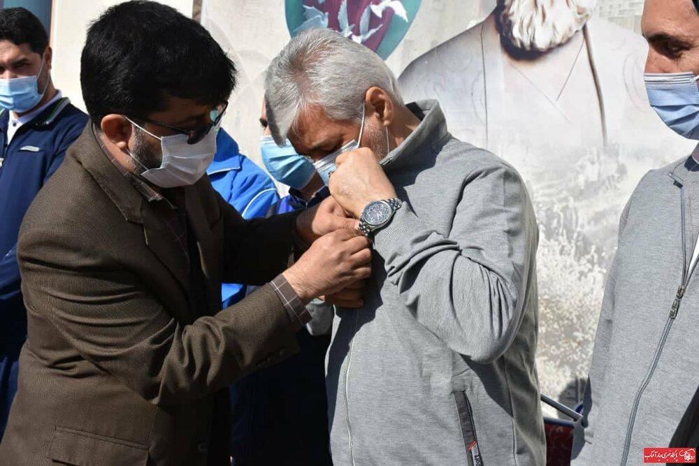 اهدا نشان افتخار اراک به وزیر ورزش و جوانان