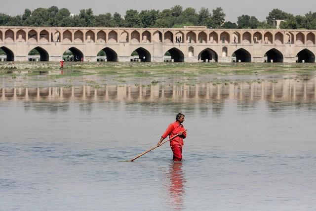 پاكسازي كامل بستر زاينده رود در آستانه بازگشايي رودخانه